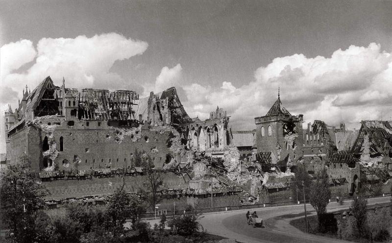 Zamek w Malborku zniszczony po wojnie
