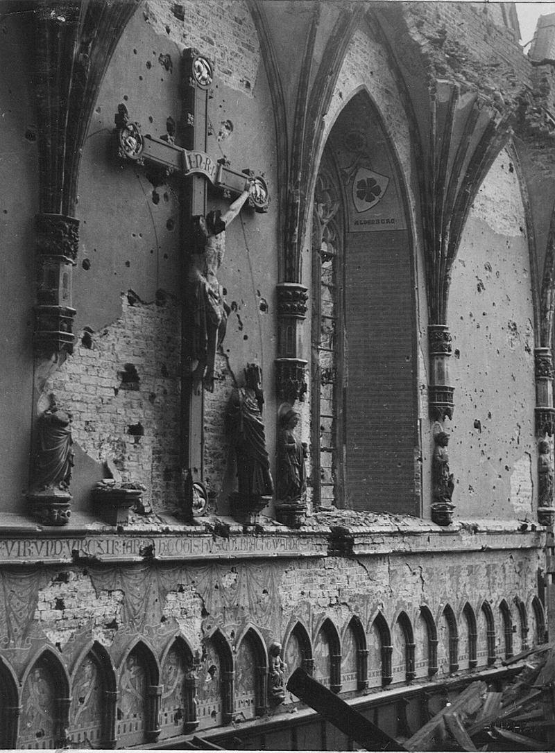 Zniszczone wnetrze kosciola Najswietszej Marii Pan